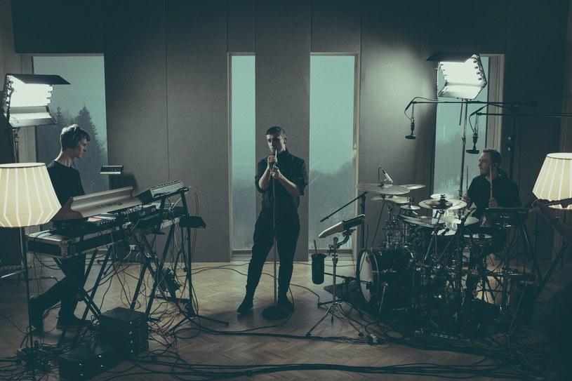Przed Baaschem intensywne, koncertowe lato. Na rozgrzewkę muzyk zaprezentował live sesję zarejestrowaną w górskim studiu.
