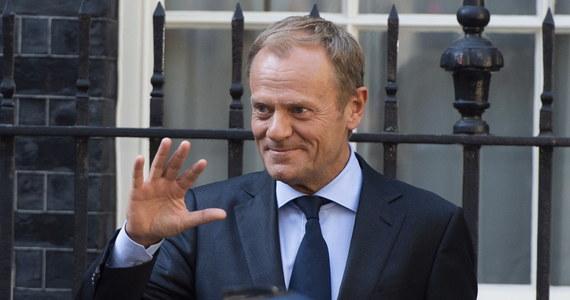 """Donald Tusk """"dobija"""" projekt obowiązkowej relokacji uchodźców. Jak donosi dziennikarka RMF FM Katarzyna Szymańska-Borginon, szef Rady Europejskiej ani słowem nie wspomina o tym projekcie, lansowanym przez Komisję Europejską od 2015 roku w swoim liście, który wysłał przed jutrzejszym szczytem UE - do unijnych przywódców. A problem migracji ma być głównym tematem jutrzejszego szczytu."""