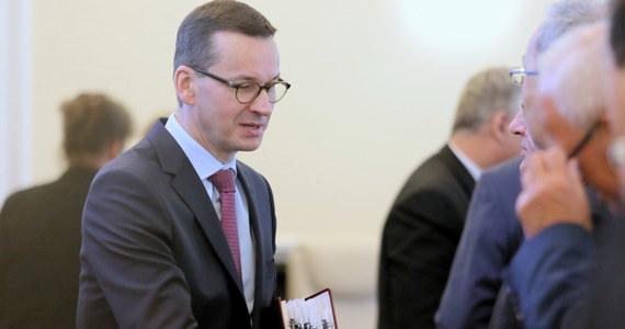 Uchwalając ustawę o Instytucie Pamięci Narodowej posłowie pobili dziś wszystkie rekordy - od wniesienia projektu do Sejmu do skierowania go do Senatu minęły zaledwie cztery godziny. Prześledzenie wcześniejszych faz powstawania superszybkiego projektu ujawnia, że rządowy projekt powstał wczoraj po południu, a ministrowie mieli na uwagi czas tylko do godz. 22:00.