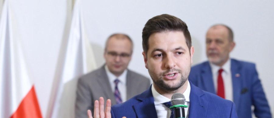 """""""Jeżeli mam przepraszać za ustawę o IPN, to rozumiem, że przepraszać ma cały parlament. Przepraszać powinien również Donald Tusk i cała PO, która podobny projekt ustawy przyjęła w 2006 roku"""" - powiedział wiceminister sprawiedliwości Patryk Jaki. W środę, w ekspresowym trybie, Sejm uchwalił nowelizację ustawy o IPN. Zmiana uchyla artykuły: 55a, który grozi karami grzywny i więzienia za przypisywanie polskiemu narodowi i państwu odpowiedzialności m.in. za zbrodnie III Rzeszy Niemieckiej i art. 55b, według którego przepisy karne mają się stosować do obywatela polskiego oraz cudzoziemca - """"niezależnie od przepisów obowiązujących w miejscu popełnienia czynu."""