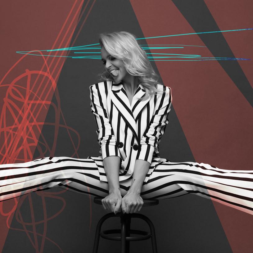 """Za sprawą coveru """"Wszystko czego dziś chcę"""" Izabeli Trojanowskiej rozpoczęła szturm na rodzimą scenę klubowo-popową. Na swoim koncie ma trzy płyty. Teraz wraca w nowej odsłonie, łącząc elektronikę z dźwiękami alternatywnymi. Basia Hetmańska i jej """"EP"""", która ukaże się 29 czerwca."""