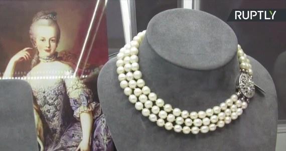 Luksusowa biżuteria należąca niegdyś do królowej Francji, Marii Antoniny została wystawiona na aukcji w Mediolanie. W kolekcji znajdują się klejnoty, które nigdy nie były wystawiane na widok publiczny. Szacunkowa cena wywoławcza wyniesie od 1 do 2 mln dolarów. Maria Antonina, córka Marii Teresy z Austrii, została królową Francji po ślubie z Ludwikiem XVI. Podobnie jak on została ścięta na gilotynie w czasie rewolucji francuskiej.