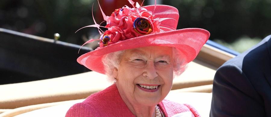 Elżbieta II kosztuje podatnika coraz więcej – o 13 proc. wzrosły jej wydatki finansowane przez skarb państwa. Opublikowane dane dotyczą ubiegłego roku. Pula publicznych pieniędzy, którą rocznie dysponuje królowa, wzrosła z prawie 42 do ponad 47 milionów funtów.