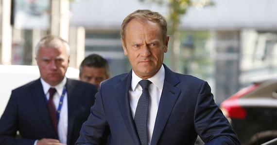 Szef Rady Europejskiej Donald Tusk, premier Mateusz Morawiecki i Grupa Wyszehradzka - wszyscy mówią jednym głosem w sprawie przymusowej relokacji uchodźców. Zwolennicy pomysłu przymusowego przyjmowania migrantów do krajów Unii Europejskiej będą dziś w Brukseli zabiegali jednak o to, by wpisać do wniosków końcowych szczytu kolejny termin na osiągnięcie porozumienia w tej kwestii.