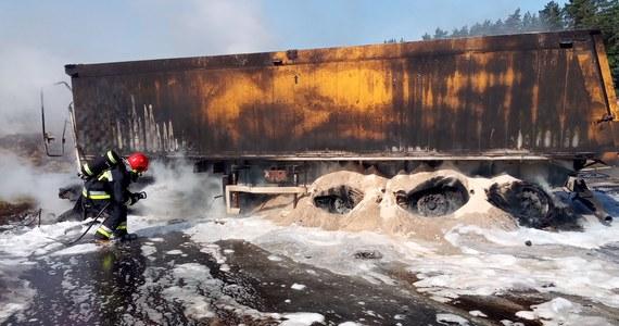 Jedna osoba zginęła, a cztery zostały ranne w tragicznym wypadku na trasie S7 pomiędzy Olsztynkiem a Waplewem (woj. warmińsko-mazurskie). Doszło tam do zderzeniu trzech samochodów dostawczych i dwóch ciężarówek, w tym jednej z naczepą.