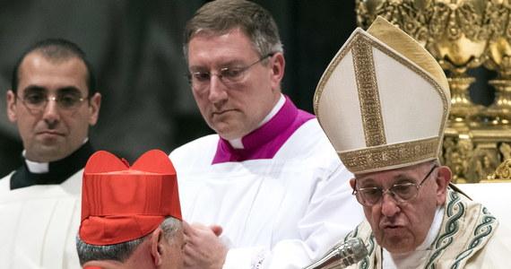 Tysiące osób przybyło w czwartek wieczorem do Watykanu, by złożyć gratulacje czternastu nowym kardynałom, w tym papieskiemu jałmużnikowi kardynałowi Konradowi Krajewskiemu, którzy w czasie konsystorza otrzymali od papieża Franciszka birety kardynalskie i pierścienie.