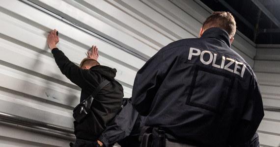 Aby zostać policjantką lub policjantem w niemieckim kraju związkowym Nadrenia Północna-Westfalia, kandydaci muszą mieć co najmniej 163 centymetry wzrostu. Tym samym sąd w Muenster utrzymał w mocy wymóg, zaskarżony przez trzy kobiety. Panie domagały się osobnych wytycznych dotyczących wzrostu dla kobiet.