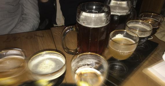 """Sklepy w śródmieściu Katowic nie będą mogły sprzedawać alkoholu od godz. 22 do 6 – zdecydowała w czwartek rada miasta. Przepisy zmieniono na podstawie nowelizacji ustawy o wychowaniu w trzeźwości i przeciwdziałaniu alkoholizmowi. Zdaniem radnych, śródmieście to obszar, gdzie organizowane imprezy i infrastruktura sprzyjają gromadzeniu się mieszkańców również w godzinach nocnych. """"Ograniczenie możliwości zakupu napojów alkoholowych w godzinach nocnych w centrum miasta powinno przyczynić się do zmniejszenia spożywania go w nieprzeznaczonych do tego celu miejscach w tym obszarze miasta"""" – czytamy w uzasadnieniu uchwały."""