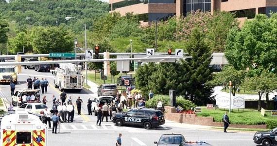 """W siedzibie gazety """"Capital Gazette"""" w mieście Annapolis w stanie Maryland doszło w czwartek do strzelaniny. Pięć osób nie żyje, a dwie ciężko ranne trafiły do szpitala. Napastnik został aresztowany. Policja potwierdziła, że działał celowo - miał w przeszłości konflikt z gazetą."""
