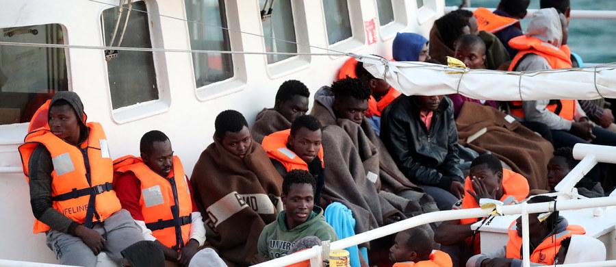 """Nad ranem po prawie 9 godzinach rozmów unijni liderzy porozumieli się w sprawie wniosków ze szczytu dotyczącego migracji. Niemiecka kanclerz Angela Merkel stwierdziła, że to dobry znak, iż przywódcom UE udało się znaleźć na szczycie wspólny język ws. migracji, ale głębokie podziały w tej kwestii utrzymują się nadal wśród państw członkowskich. Ustalono, że w państwach UE powstaną centra kontroli migrantów, w których sprawdzane będzie, kto może kwalifikować się do przyznania azylu. Uchodźcy z takich centrów będą podlegali relokacji do innych krajów, a rozdział będzie się odbywał na zasadzie dobrowolności. """"To bardzo dobry kompromis"""" - mówił premier polskiego rządu."""