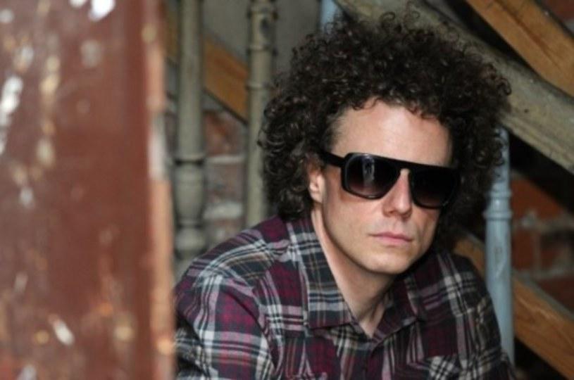 """Perkusista zawieszonej grupy T.Love Sidney Polak wykorzystał przerwę w działalności macierzystego zespołu i przygotował solowy utwór """"Twarzą w twarz""""."""