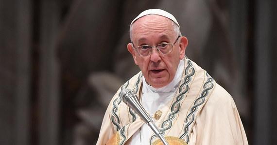 """W przypadającą w piątek uroczystość świętych Piotra i Pawła, patronów Stolicy Apostolskiej, papież Franciszek przestrzegał ludzi Kościoła przed """"pustym triumfalizmem"""", pozbawionym """"miłości, służby, współczucia"""" i przed postawą dystansu."""