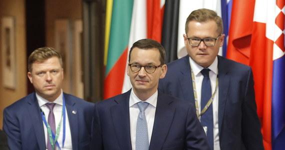 """Konsekwencja w sprawie uchodźców opłaciła się, wzmocniliśmy naszą pozycję w procesie negocjacyjnym, a obecnie musimy znaleźć skuteczne mechanizmy obrony granic zewnętrznych - mówił w piątek premier Mateusz Morawiecki w Brukseli przed rozpoczęciem drugiego dnia szczytu. Szef rządu ocenił konkluzje jako """"gigantyczny sukces Polski""""."""