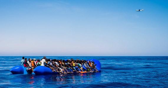 Około 100 migrantów utonęło po przewróceniu się łodzi na Morzu Śródziemnym u zachodnich wybrzeży Libii  - podała w piątek libijska straż przybrzeżna. Udało się uratować  14 osób.  Straż przechwyciła też dwie łodzie z 200 migrantami.
