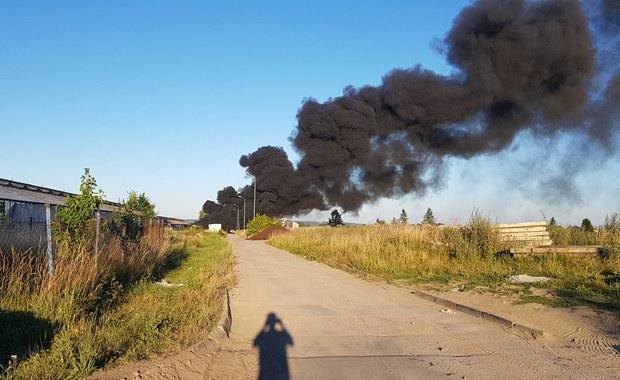 Pożar w miejscowości Warzymice (woj. zachodniopomorskie). Palą się tam materiały PCV. Kłęby czarnego dymu widoczne są nawet z odległości kilku kilometrów.