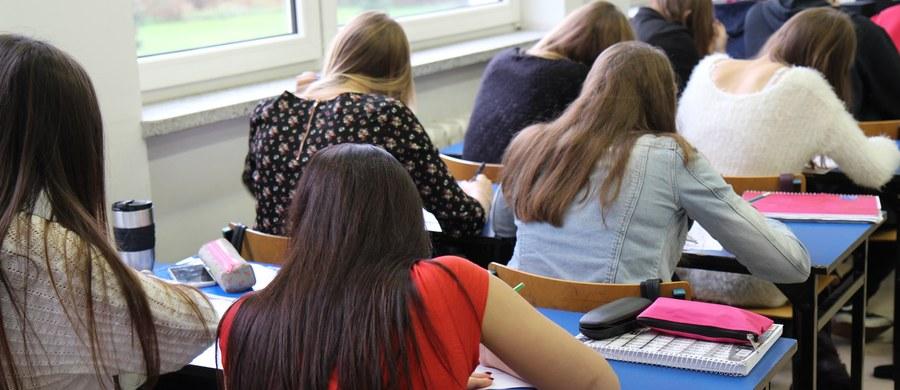 Temperatura w Gruzji przekracza 40 stopni Celsjusza. W większości szkół nie ma klimatyzacji, dlatego egzaminy końcowe w szkołach średnich zostały przełożone - poinformowała w sobotę szefowa gruzińskiej komisji egzaminacyjnej Maja Miminoszwili.
