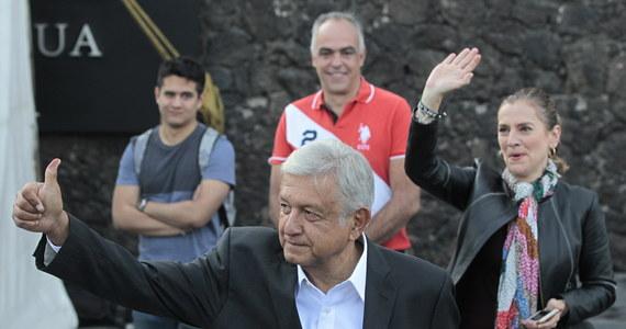 Lewicowy kandydat Andres Manuel Lopez Obrador wygrał niedzielne wybory prezydenckie w Meksyku, otrzymując 53-53,8 proc. głosów - wynika ze wstępnych oficjalnych szacunków podanych przez Meksykański Narodowy Instytut Wyborczy (INE).