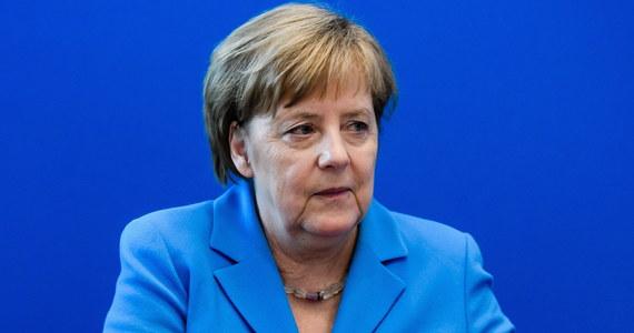 Kanclerz Niemiec Angela Merkel (CDU) przeprowadzi w poniedziałek po południu rozmowy ostatniej szansy z szefem MSW Horstem Seehoferem. Ten skonfliktowany z kanclerz w sprawie migracji lider CSU zaoferował wcześniej złożenie rezygnacji z obu funkcji.