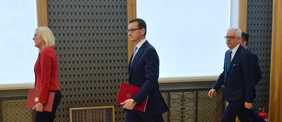 """""""Mamy do czynienia z pierwszym, przedprocesowym etapem postępowania; oczywiście w terminie 30 dni odniesiemy się do rozumowania przedstawionego przez KE w piśmie skierowanym do Polski"""" - powiedziała rzeczniczka rządu Joanna Kopcińska. Odniosła się w ten sposób do wszczęcia przez Komisję Europejską procedury naruszenia unijnego prawa wobec polskiej ustawy o Sądzie Najwyższym."""