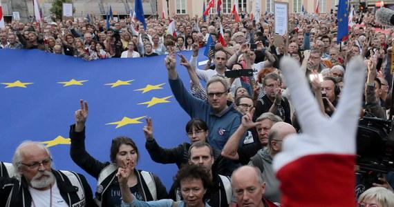 """W kilkudziesięciu miastach w Polsce odbyły się demonstracje przeciwko ustawie o Sądzie Najwyższym. Według jej przeciwników, prawo wprowadzone głosami posłów PiS jest niezgodne z konstytucją. Tego zdania jest sama prezes Sądu Najwyższego Małgorzata Gersdorf. Zapowiada, że chociaż ustawa ją obejmuje - w środę przyjdzie normalnie do pracy - i wskazuje na zapis w konstytucji, który mówi, że jej kadencja ma trwać 6 lat. """"Nie doszliśmy z panem prezydentem do konsensusu, kto dalej jest pierwszym prezesem Sądu Najwyższego"""" - powiedziała Gersdorf do protestujących w Warszawie."""