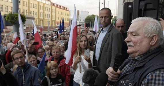 """Głównym sprawcą obecnych nieszczęść Polski jest Jarosław Kaczyński; kiedy stanę na wiecu poproszę, żeby policja dowiozła go, żebyśmy publicznie porozmawiali - powiedział w środę """"Rzeczpospolitej"""" były prezydent Lech Wałęsa."""
