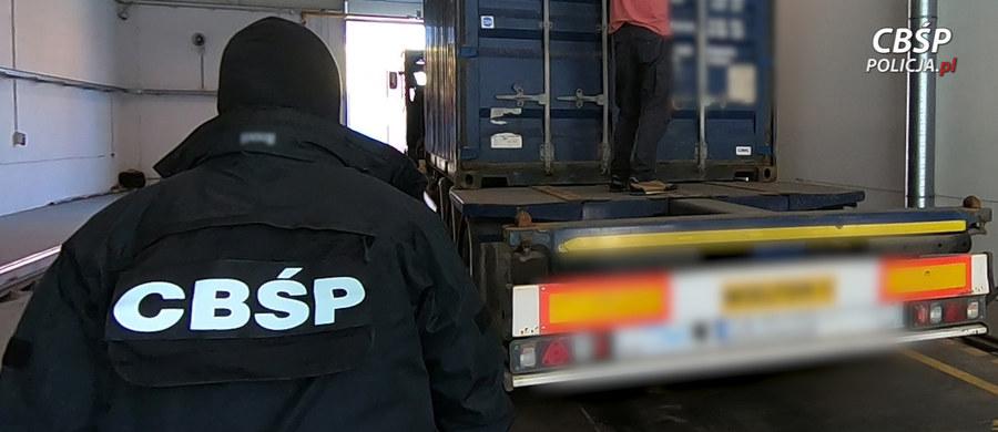 Trzy i pół tony narkotyków, w tym trzy tony haszyszu warte ponad 60 milionów złotych przejęli funkcjonariusze Centralnego Biura Śledczego Policji - dowiedział się reporter RMF FM. Tę potężną ilość środków odurzających próbowano przemycić do Polski statkiem. Akcję przeprowadzono we współpracy ze służbami amerykańskimi i pakistańskimi.