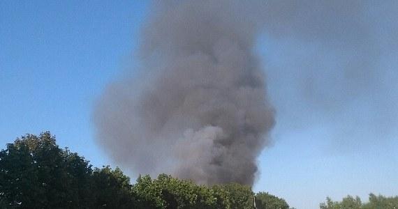 W czwartkowy poranek strażacy całkowicie ugasili pożar wysypiska odpadów w Mostkach koło Zduńskiej Woli w Łódzkiem. Ogień pojawił się wczoraj około godz. 18 i objął 15 arów. W kulminacyjnym momencie w akcji gaśniczej brało udział 31 zastępów straży pożarnej.