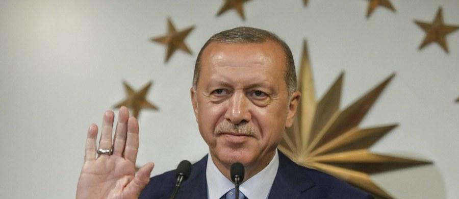 Najwyższa Rada Wyborcza w Turcji (YSK) ogłosiła oficjalne wyniki wyborów prezydenckich i parlamentarnych, które odbyły się 24 czerwca. Potwierdzono, że prezydent elekt Recep Tayyip Erdogan otrzymał 52,59 proc. głosów osób uprawnionych do głosowania