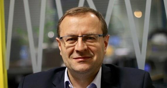 """""""Prezydent Andrzej Duda próbuje w jakiś sposób nie postawić kropki nad 'i'. Próbuje grać na czas"""" - tak na pytanie o ocenę ostatnich poczynań prezydenta w sprawie Sądu Najwyższego odpowiedział w Rozmowie w samo południe w RMF FM profesor Antoni Dudek. Pytany o to, czy wyjaśnienia premiera Mateusza Morawieckiego - który tłumaczył w europarlamencie, że zmiany w polskim sądownictwie są wynikiem tego, że do tej pory """"postkomunizm nie został w Polsce zwalczony"""" - przekonają Europę, odpowiedział: """"Nie sądzę. Premier nie chce przyjąć do wiadomości, że minęło 28 lat, rzeczywistość się zmieniła, a stosowanie metod, które były skuteczne w okolicach roku 1990 jest nieskuteczne"""". """"Całe te zabawy z procedurą praworządności, to są opowieści dla naiwnych dzieci. Tak naprawdę chodzi o potężne pieniądze, które Polska może stracić w nowym budżecie UE"""" - stwierdził w odniesieniu do sporu między Polską, a Unią Europejską. Gość Marcina Zaborskiego stwierdził też, że sędzia Przyłębska odniosła pierwszy, spektakularny sukces, bo """"po raz pierwszy pod jej rządami Trybunał Konstytucyjny wydał orzeczenie w pełnym składzie"""". Profesor Dudek skomentował też doniesienia, że prezydent Andrzej Duda wkrótce wyśle swój wniosek w sprawie referendum do Senatu. """"Wyśle i moim zdanie zrobi największy błąd swojej prezydentury"""" – powiedział, a chwilę później dodał: """"Nie będę popierał fantazji prezydenta Dudy ws. referendum""""."""
