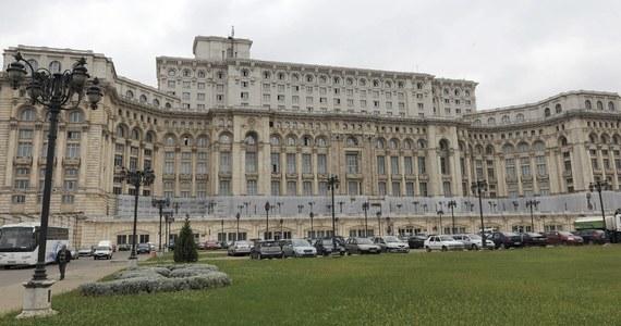 Parlament Rumunii przyjął nowelizację prawa karnego, korzystną - jak podkreślają krytycy - dla polityków podejrzanych o korupcję. Głosowanie, planowane pierwotnie na czwartek, przyspieszono o jeden dzień.