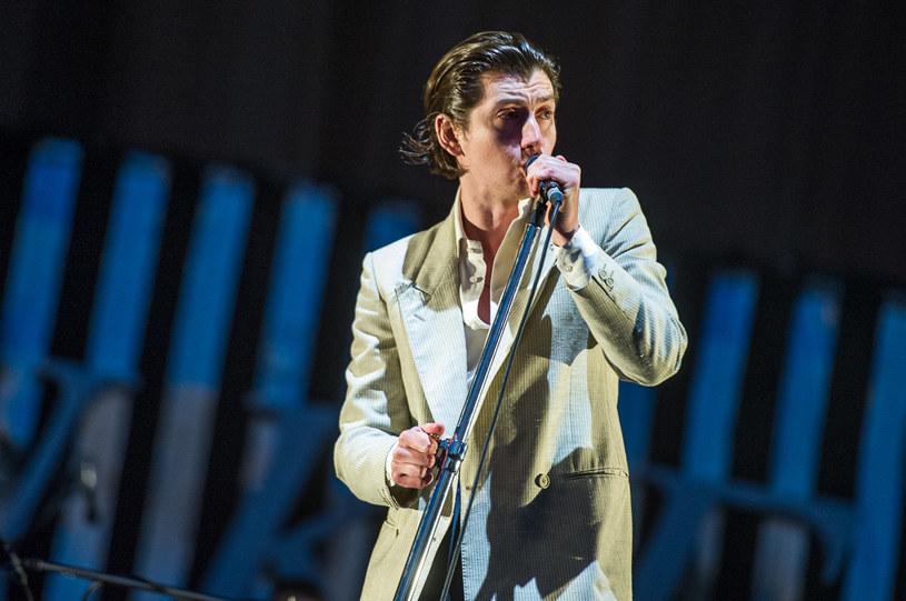 """""""Czy oni nie mają jakichś skoczniejszych utworów?"""" – zapytał mnie mój operator, nieco mniej zaznajomiony z twórczością Arctic Monkeys, gdy byliśmy w połowie drogi do Gdyni na tegorocznego Open'era. Myślę, że sam Alex Turner ostatecznie rozwiał jego wątpliwości, wyśpiewując wszystkie najważniejsze przeboje popularnych Małp, które powstały od początku ich działalności."""