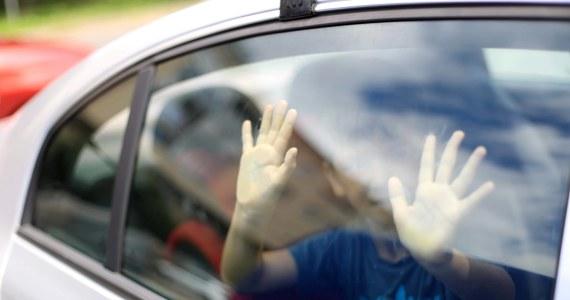 Tragedie dzieci pozostawionych w zamkniętych samochodach latem powtarzają się coraz częściej. We Włoszech powstają kolejne pomysły, jak temu zapobiegać.  Najnowsze propozycje to alarmowa opaska dla opiekunów i internetowa aplikacja.