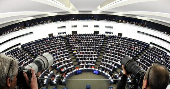 """Parlament Europejski odrzucił w czwartek stanowisko komisji prawnej PE ws. reformy prawa autorskiego. Nowa dyrektywa ma zmienić zasady publikowania i monitorowania treści w internecie. Przepisy wzbudzają sporo kontrowersji. Przeciwnicy tych przepisów ostrzegają przed """"cenzurą w internecie"""" i końcem wolności w sieci. Natomiast ich zwolennicy wskazują, że zmiana prawa jest konieczna, by chronić twórców i dostosować przepisy do rzeczywistości. W głosowaniu za odrzuceniem opowiedziało się 318 europosłów, przeciwko 278, a 31 wstrzymało się od głosu. Decyzja PE sprawiła, że w Polsce, Hiszpanii i we Włoszech powróciła Wikipedia, która wczoraj - w ramach protestu została wyłączona."""