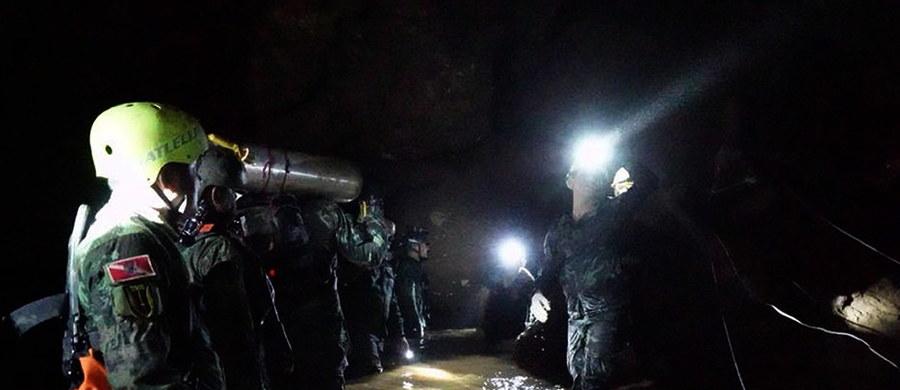 Tajski ratownik zmarł po utracie przytomności spowodowanej brakiem tlenu po wejściu do jaskini podczas przygotowywania operacji ratowania 12 chłopców i ich trenera uwięzionych wewnątrz kompleksu jaskini w północnej Tajlandii - poinformowały tajskie władze.