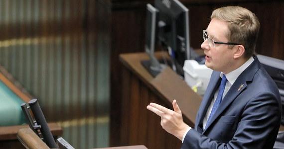 """Prezydium Sejmu nie obniży uposażenia posłowi Robertowi Winnickiemu za jego zachowanie podczas poprzedniego posiedzenia Sejmu - poinformował dyrektor Centrum Informacyjnego Sejmu Andrzej Grzegrzółka. Winnicki próbował blokować mównicę podczas głosowania ws. projektu noweli ustawy o IPN."""" Ja dążyłem do zablokowania prac nad tą ustawą, to był mój cel"""" - przyznał Winnicki."""