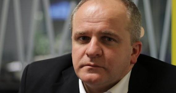 """""""Prezydent robi bardzo dużo, żeby coś zrobić i nic nie zrobić"""" - tak sytuację wokół Sądu Najwyższego ocenił Paweł Kowal w Rozmowie w samo południe w RMF FM.  Były wiceminister spraw zagranicznych wyjaśnił też, co jego zdaniem spowodowało spór Polski z Komisją Europejską. """"Rząd przyspiesza scenariusze dla niego samego niekorzystne (…). Dlaczego tak się dzieje? Nie jestem w stanie tego wytłumaczyć"""" – stwierdził. I dodał, że """"mocne wejście instytucji wspólnotowych w sprawy wewnętrzne państwa zostało spowodowane błędami politycznymi po polskiej stronie"""". Gość Marcina Zaborskiego odniósł się też do nowelizacji ustawy o IPN. """"Największym sukcesem ze strony polskiej było wpisanie do nowelizacji antypolonizmu, który nie funkcjonuje w analizie naukowej"""" - stwierdził.  Pytany o to, czy wziąłby udział w negocjacjach dotyczących ukraińskiego wątku w ustawie o IPN, odpowiedział: """"To jest kwestia szacunku do własnego państwa. Szczerze można powiedzieć, że mnie opinia strony ukraińskiej nie interesuje (…). Uważam, że ta kwestia powinna zostać rozwiązana jednostronnie""""."""