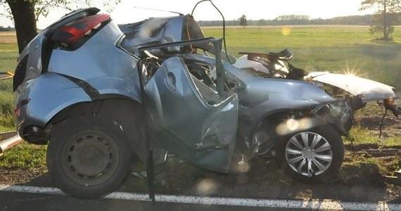 Tragedia na drodze wojewódzkiej w miejscowości Bielany koło Białej Podlaskiej w województwie lubelskim. 19-latek stracił panowanie nad pojazdem, wypadł z drogi i uderzył w drzewo. Mimo reanimacji zmarł.