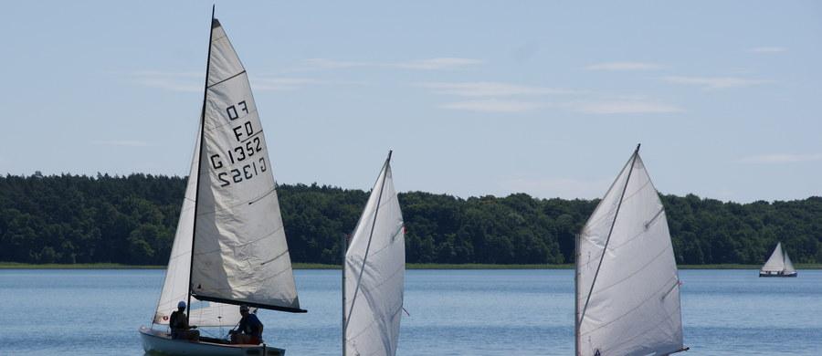 Nad jeziorem Bytyń Wielki na pograniczu Wielkopolski i Pomorza Zachodniego w miejscowości Próchnówko trwa coroczny, współorganizowany przez Pilski Okręgowy Związek Żeglarski, obóz dla dzieci i młodzieży. W tym roku mija dokładnie 30 lat od czasu, gdy młodzi adepci żeglarstwa po raz pierwszy spotkali się na tutejszej przystani. W piątek przez cały dzień towarzyszył im dziennikarz RMF FM Mateusz Chłystun.