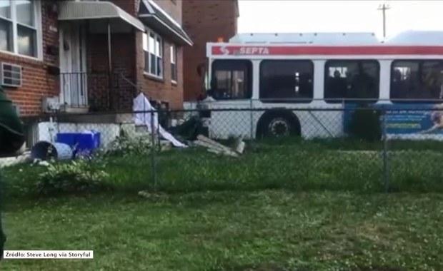 Autobus komunikacji miejskiej wjechał w dom jednorodzinny w Filadelfii w stanie Pensylwania w USA. W wypadku zginął 52-letni mężczyzna. 28-latek oraz 21-letnia kobieta, którzy znajdowali się w domu, trafili do szpitala z obrażeniami.