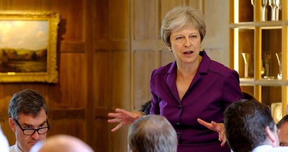 """Brytyjski rząd przedstawi w najbliższym tygodniu propozycję przyszłej relacji Wielkiej Brytanii z Unią Europejską opartą na wspólnym rynku dóbr i partnerstwie celnym ze Wspólnotą - wynika z deklaracji przyjętej po wyjazdowym posiedzeniu gabinetu w Chequers.W przesłanym mediom, w tym PAP, oświadczeniu podkreślono, że ministrowie zdecydowali na dwunastogodzinnej naradzie, że """"rządowa wizja przyszłej relacji zbudowana w oparciu o partnerstwo w zakresie polityki gospodarczej i bezpieczeństwa pozostaje zasadniczo aktualna, ale stanowisko musiało wyewoluować w celu zapewnienia precyzyjnej, odpowiedzialnej i wiarygodnej podstawy dla postępu w negocjacjach""""."""