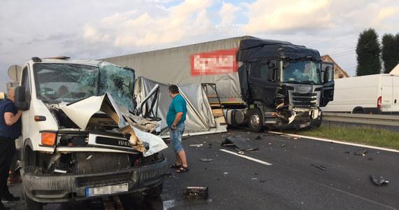 Poważny wypadek na drodze krajowej nr 1 w Wanatach pod Częstochową. Na pasach w kierunku Warszawy zderzyły się 3 samochody: 2 ciężarówki i auto dostawcze. Jezdnia była zablokowana przez kilka godzin.