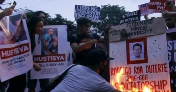 """Przeciwnicy filipińskiego prezydenta Rodrigo Duterte przeszli ulicami stolicy swojego kraju Manili. Powodem protestu było łamanie przez rządzącego praw człowieka oraz groźba wprowadzenia na Filipinach stanu wojennego. Przed prezydenckim pałacem demonstrujący podpalili podobiznę głowy państwa  nazywając go """"dyktatorem""""."""