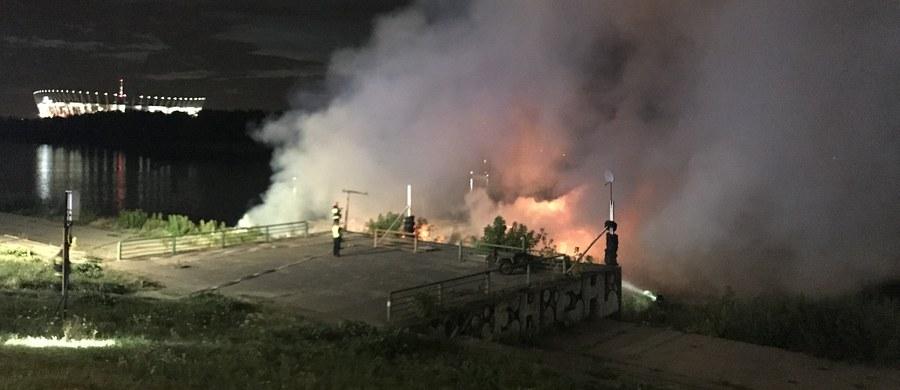 Pożar barki na Wiśle w Warszawie  około 150 metrów od Mostu Łazienkowskiego w Warszawie. Nie ma informacji, by ktoś został ranny.