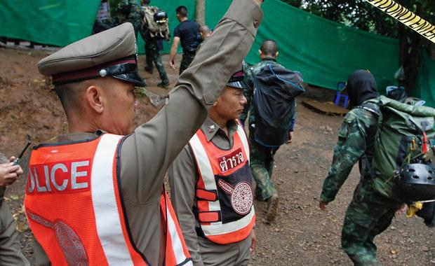 12 chłopców z drużyny piłkarskiej i ich trener zostaną ewakuowani z jaskini w prowincji Chiang Rai na północy Tajlandii pojedynczo. Rozpoczęta w niedzielę rano akcja ratunkowa potrwa od dwóch do trzech dni - poinformował jeden z jej dowódców.