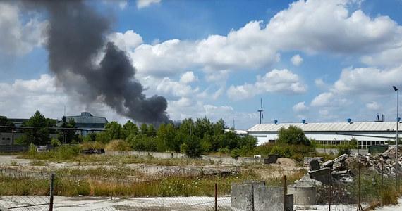 Ponad 70 strażaków walczy z pożarem na składowisku firmy zajmującej się utylizacją chemikaliów w Paterku koło Nakła nad Notecią w Kujawsko-Pomorskiem. Czarny słup dymu widać z odległości kilku kilometrów.