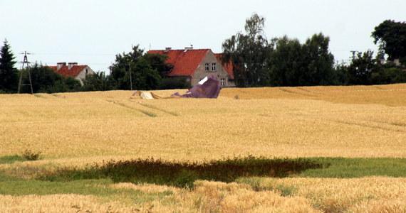 Wrak samolotu, który w nocy z czwartku na piątek spadł na pole pod Pasłękiem w województwie warmińsko-mazurskim, może być zabrany przez służby na początku tego tygodnia.