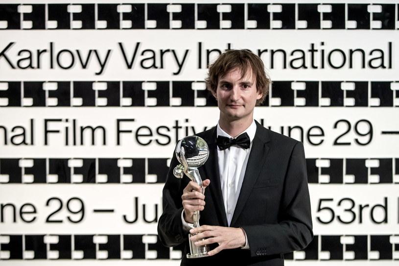"""Film """"Kawki na drodze"""" Olmo Omerzu, koprodukcja czesko-słoweńsko-polsko-słowacka, otrzymał w sobotę, 7 lipca, nagrodę za reżyserię na 53 międzynarodowym festiwalu filmowym w Karlowych Warach. Polską producentką filmu jest Natalia Grzegorzek z Koskino."""