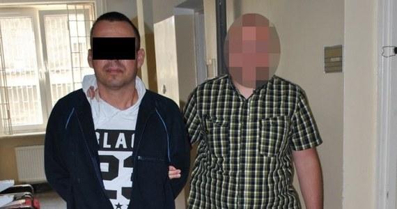 """Policjanci z warszawskiego śródmieścia zatrzymali mężczyznę, który próbował wyłudzić 100 tys. złotych metodą """"na policjanta"""". 45-letni Rafał R. usłyszał już zarzut i został tymczasowo aresztowany na 3 miesiące. Grozi mu do 8 lat więzienia."""