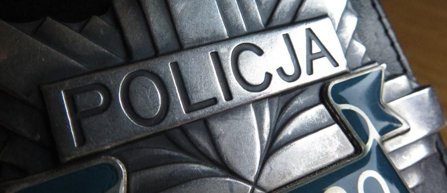 Dwóch policjantów odpowie przed sądem za niedopełnienie obowiązków podczas konwoju mężczyzny do izby wytrzeźwień w Głogowie (Dolnośląskie). Mężczyzna, próbując w radiowozie odpalić niedopałek papierosa, podpalił się. Z licznymi poparzeniami trafił do szpitala, gdzie kilka dni później zmarł.