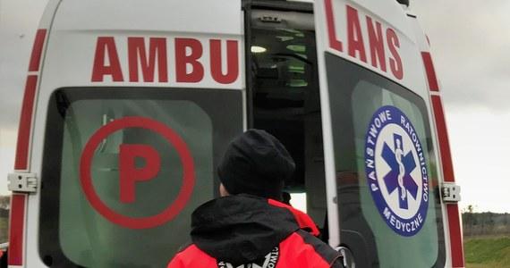 3-letni chłopczyk z poważnymi obrażeniami w okolicy głowy trafił do szpitala po tym, jak matka najechała samochodem na wózek, w którym było dziecko. Do zdarzenia doszło w Ustrzykach Dolnych (Podkarpackie).